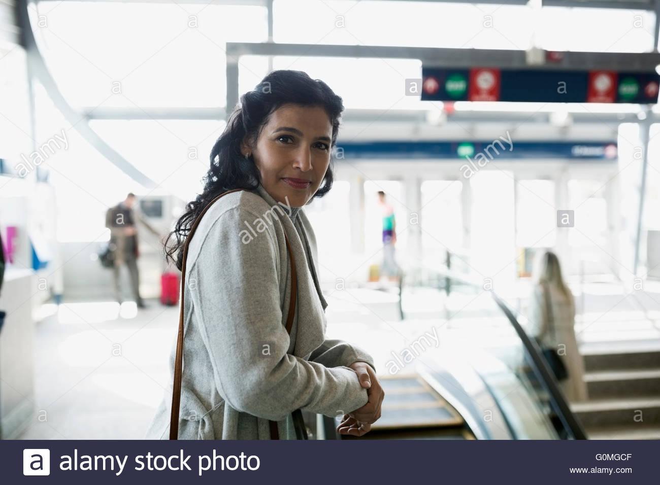 Ritratto di donna fiducioso alla stazione ferroviaria Immagini Stock