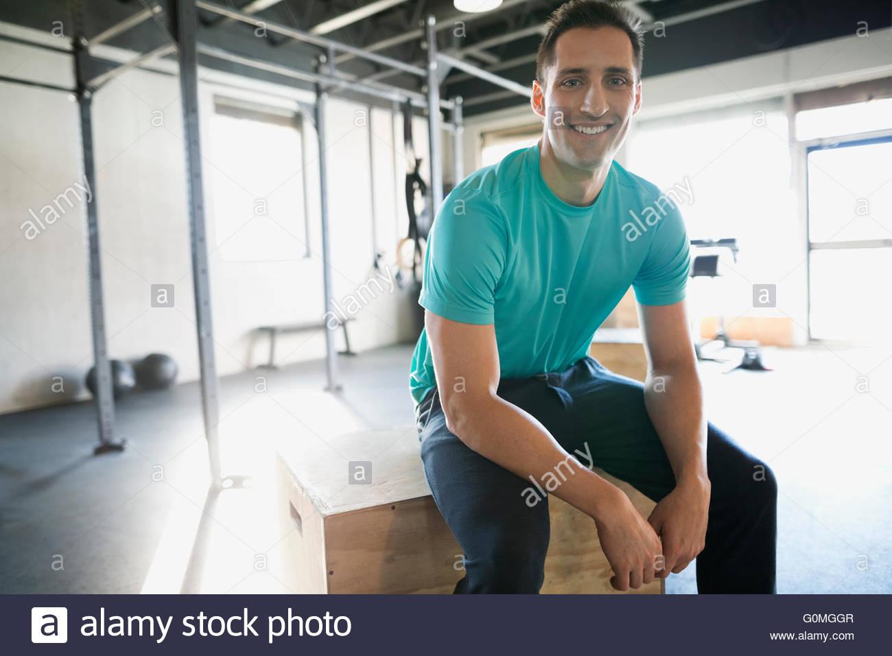 Ritratto uomo sorridente in appoggio alla palestra Immagini Stock