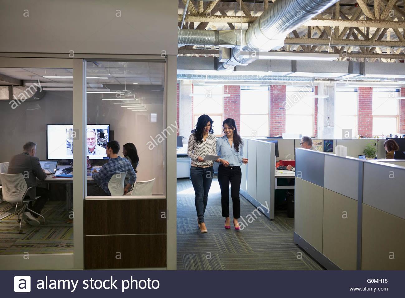 Imprenditrice a piedi dai colleghi in video conferenza Immagini Stock