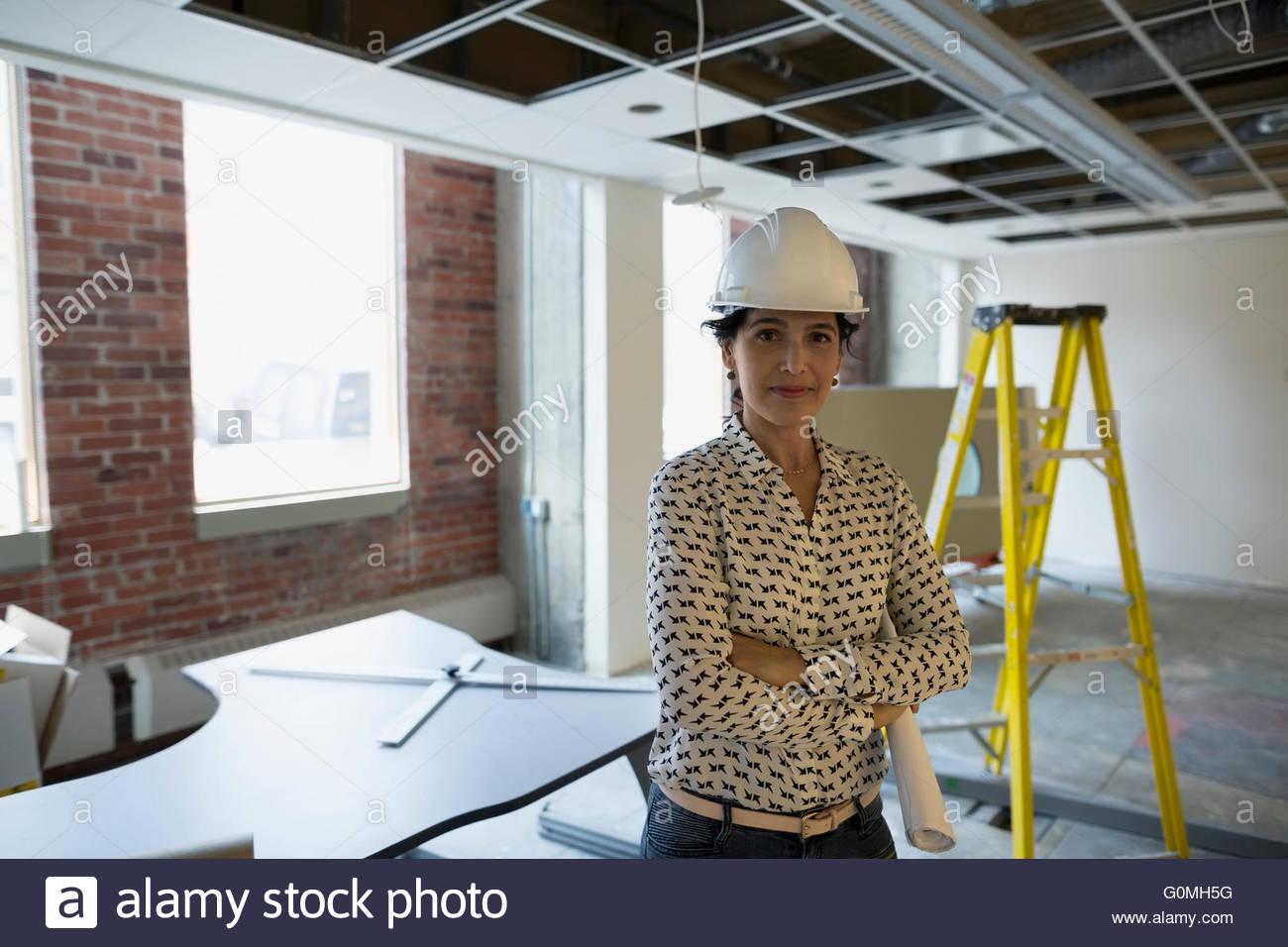 Ritratto di architetto di fiducia in hard-hat sito in costruzione Immagini Stock