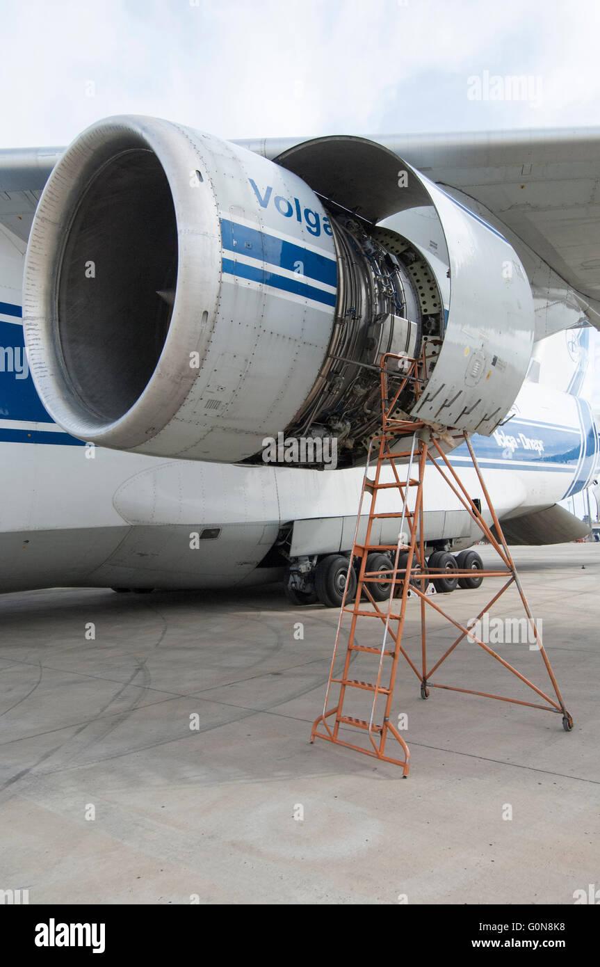 Volga-Dnepr Airlines, Antonov un-124-100 aerei da trasporto commerciale, porta motore entrobordo cruscotto aperto. Immagini Stock