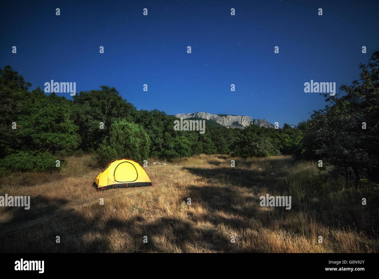 Tenda di colore giallo sul prato in estate Immagini Stock