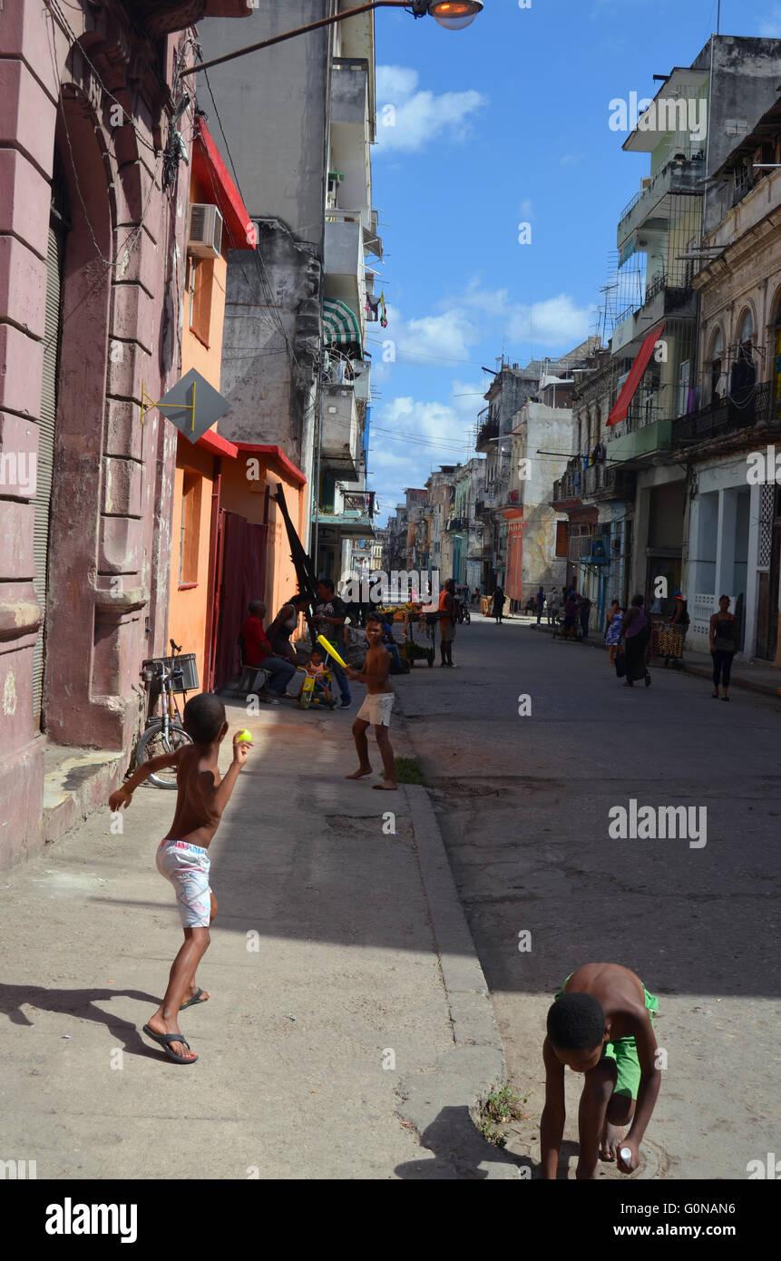 Bambini che giocano street baseball, Havana, Cuba 2016 Immagini Stock