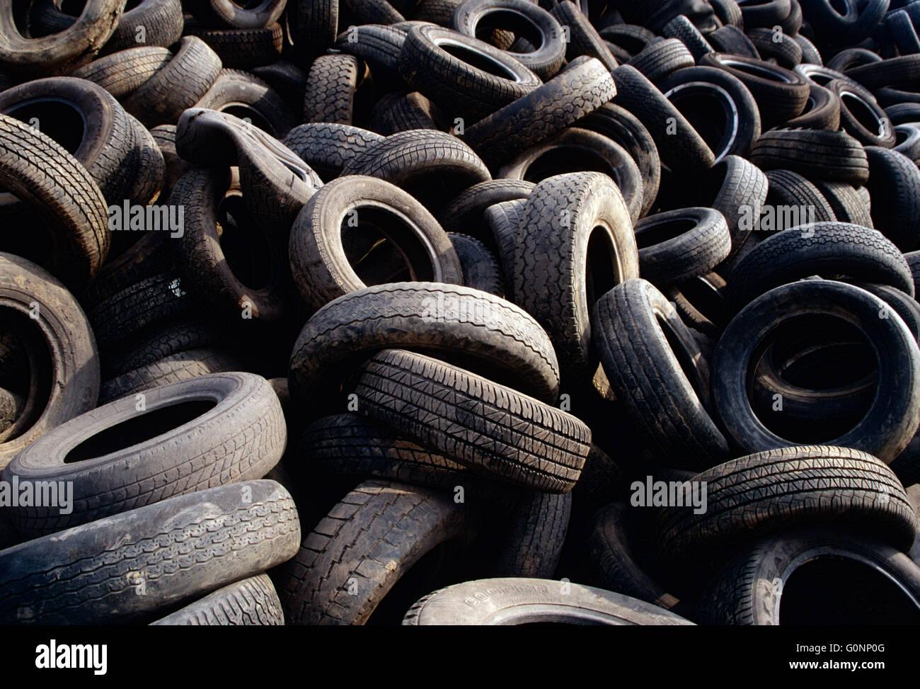 Discarica piena di vecchi pneumatici per automobile; upstate Pennsylvania; USA Immagini Stock