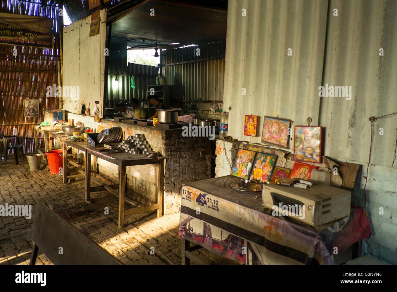 Un tradizionale Dhaba o cibo giunto sul Chandigarh - Manali autostrada, India Immagini Stock