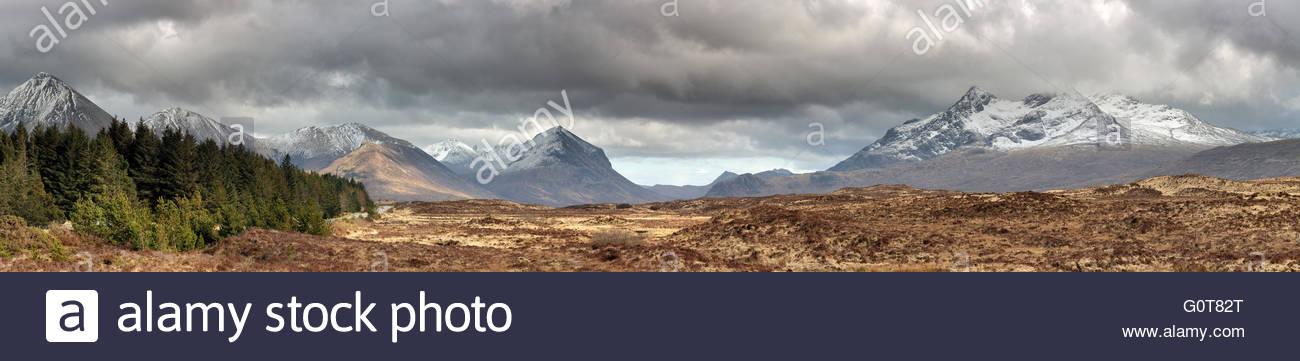 Una immagine panoramica del rosso e nero Cuillin mountain range dall'Isola di Skye. Foto Stock