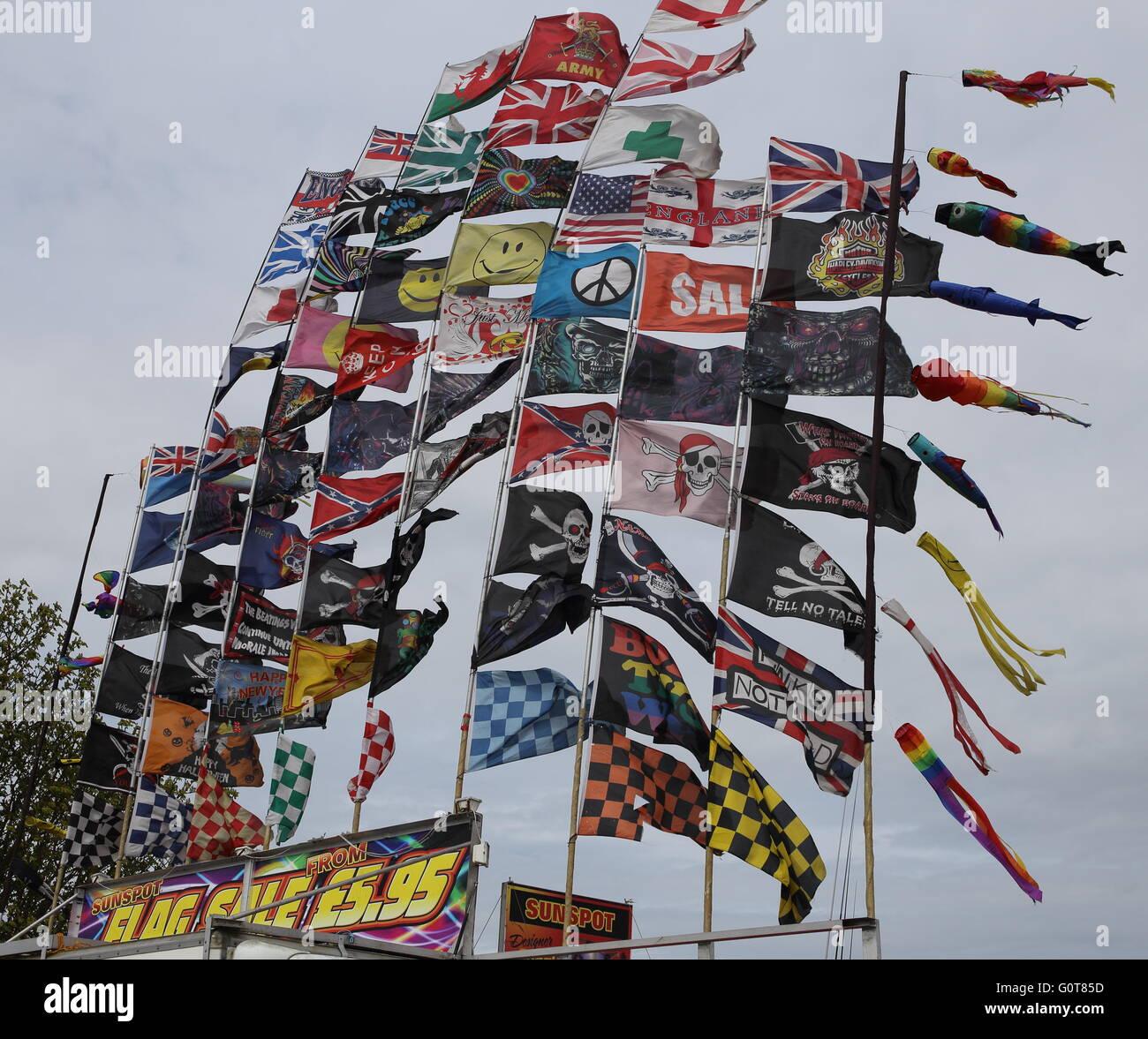 Più Flag - tutti i tipi, i colori e le forme battenti nel vento Immagini Stock