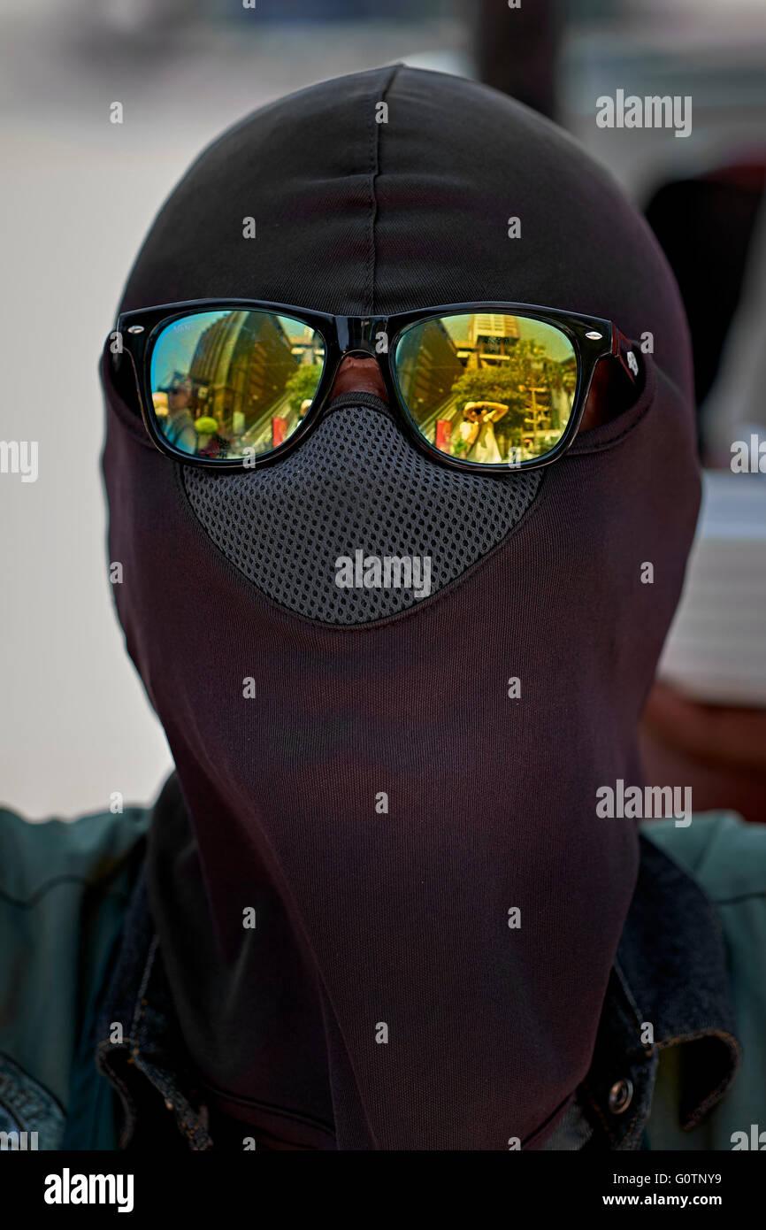 Balaclava completa la copertura della testa e occhiali da sole Polaroid Immagini Stock