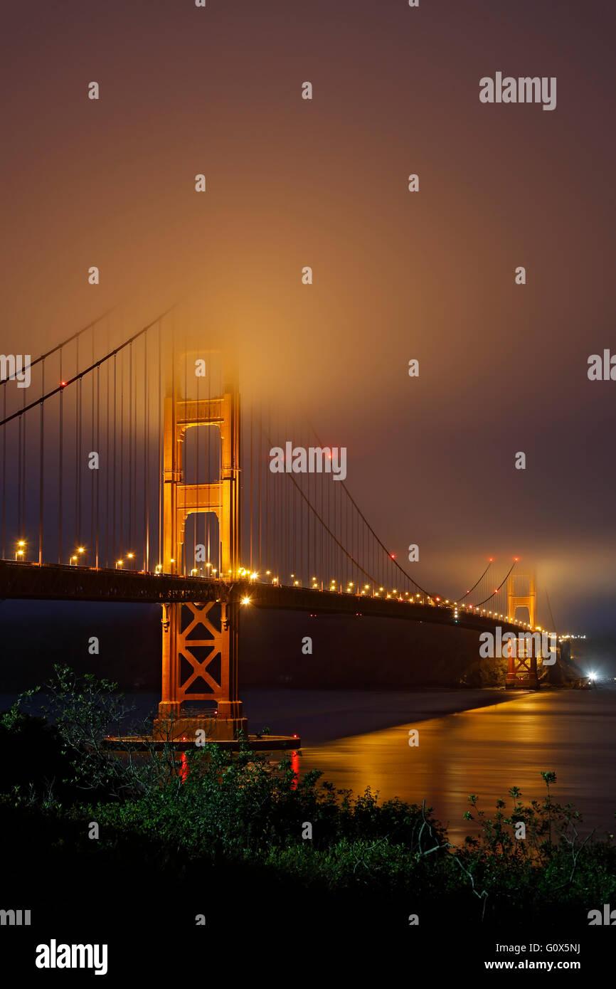 Golden Gate Bridge sotto la nebbia, San Francisco, California USA Immagini Stock