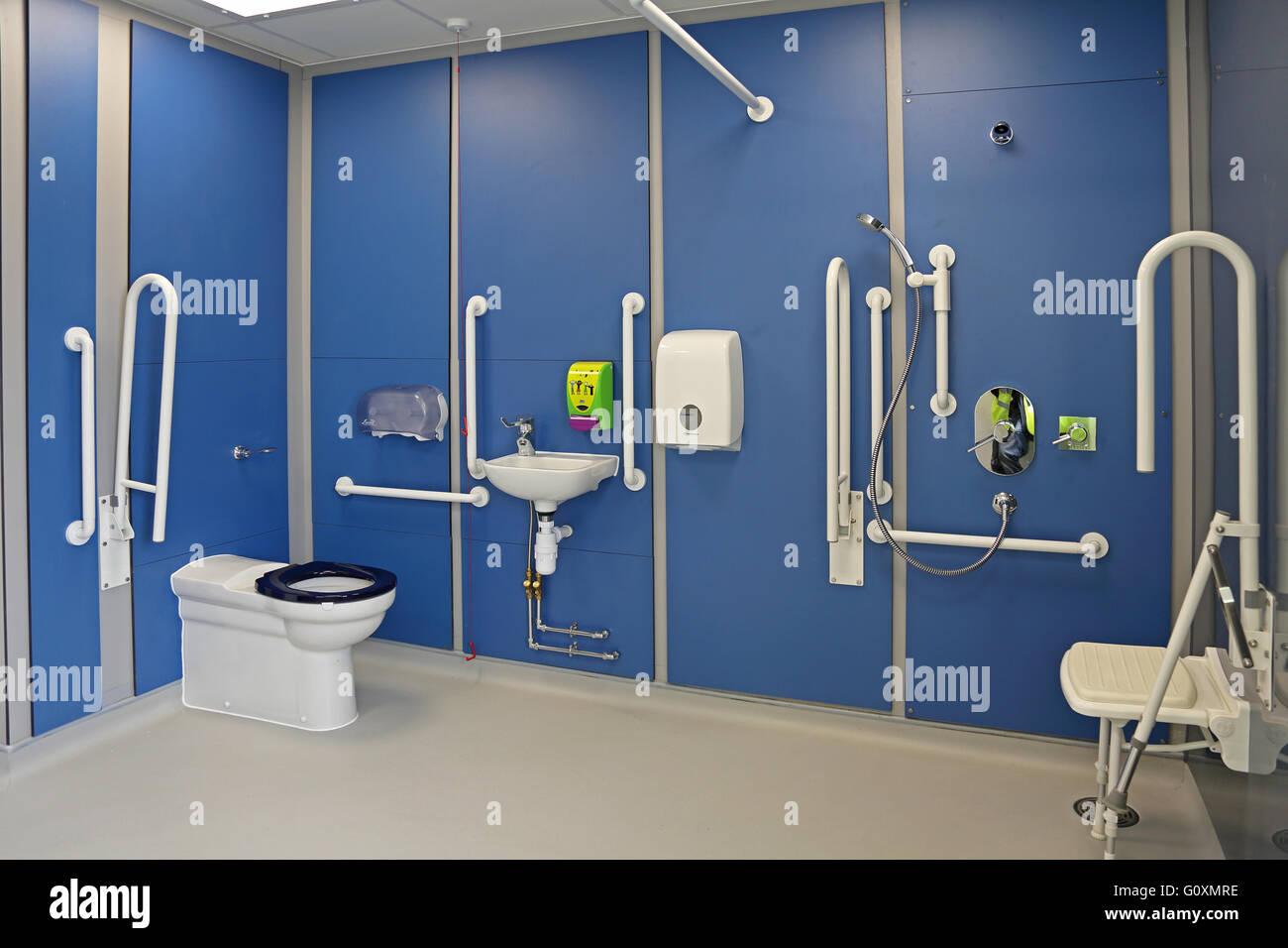 Un bagno per disabili e bagno con doccia in un nuovo londra scuola