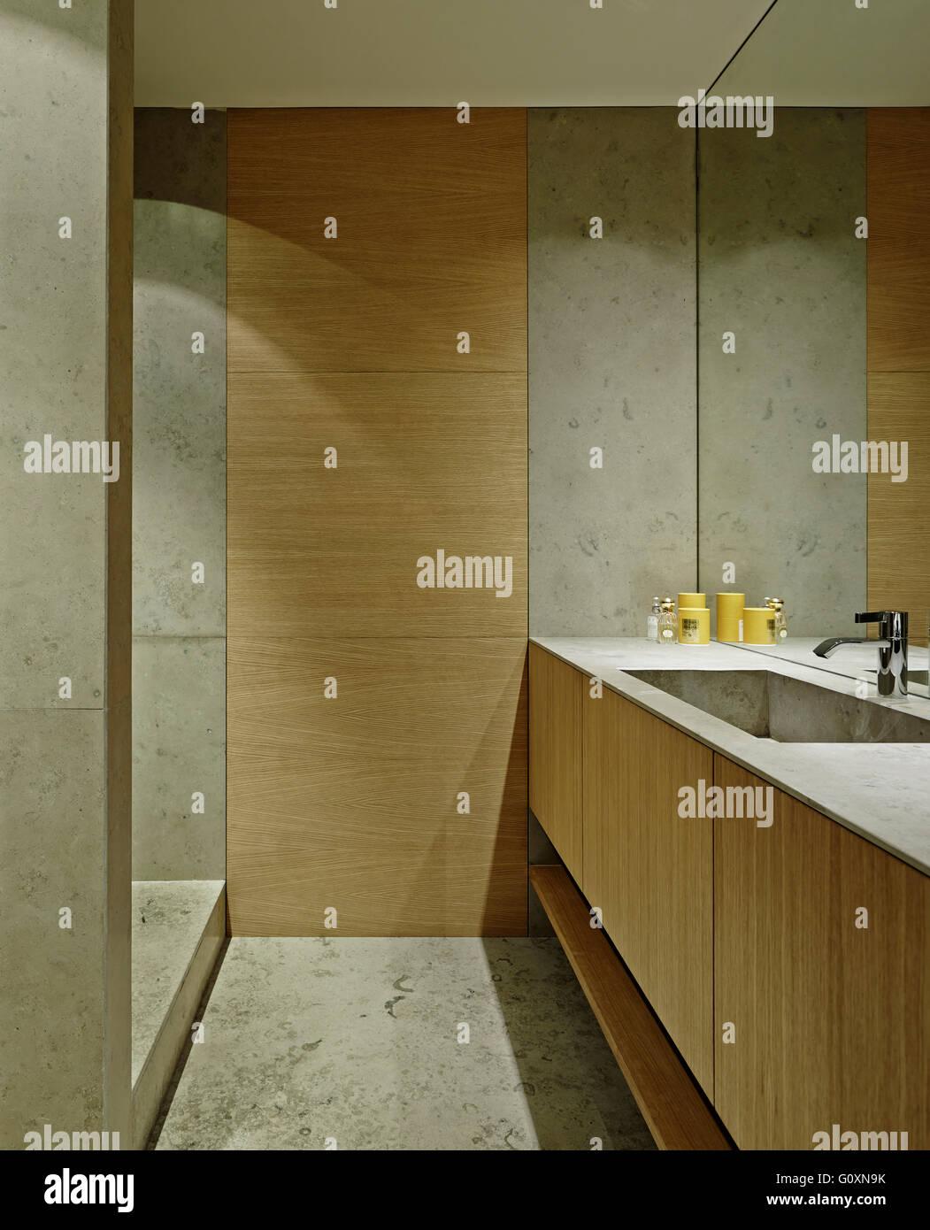 Bagno Moderno Con Pavimento Effetto Legno.Bagno Moderno Con Legno E Cabinet Bianco E Pavimento In