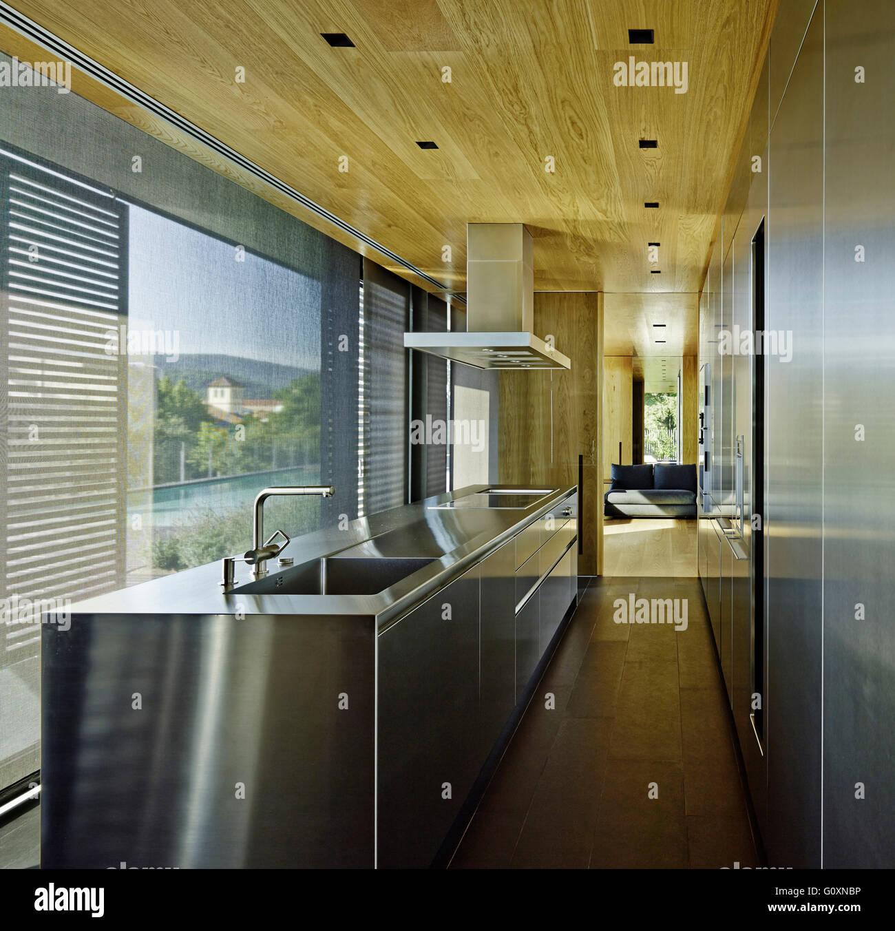 Restringere la cucina moderna con acciaio inossidabile stazione di ...