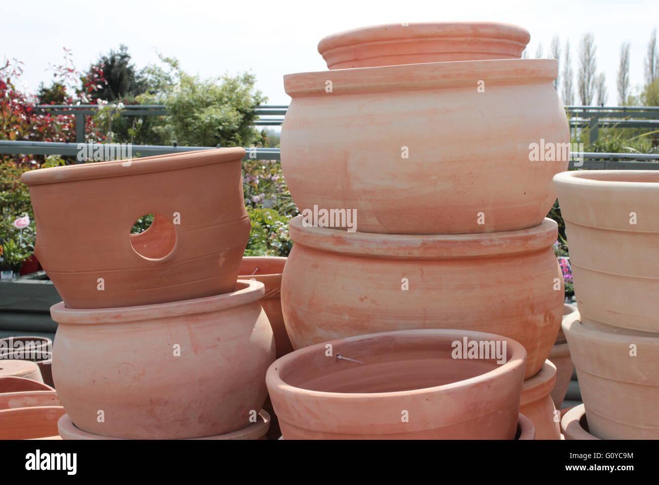 Vasi In Terracotta Per Giardino impilati in terracotta vasi da giardino foto & immagine