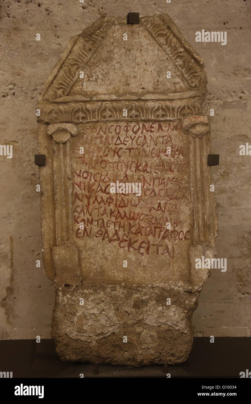 Stele funeraria di un paedagogue, può provenire da Saida (ora di Sidone, Libano). Stuccato e dipinto di calcare, Immagini Stock