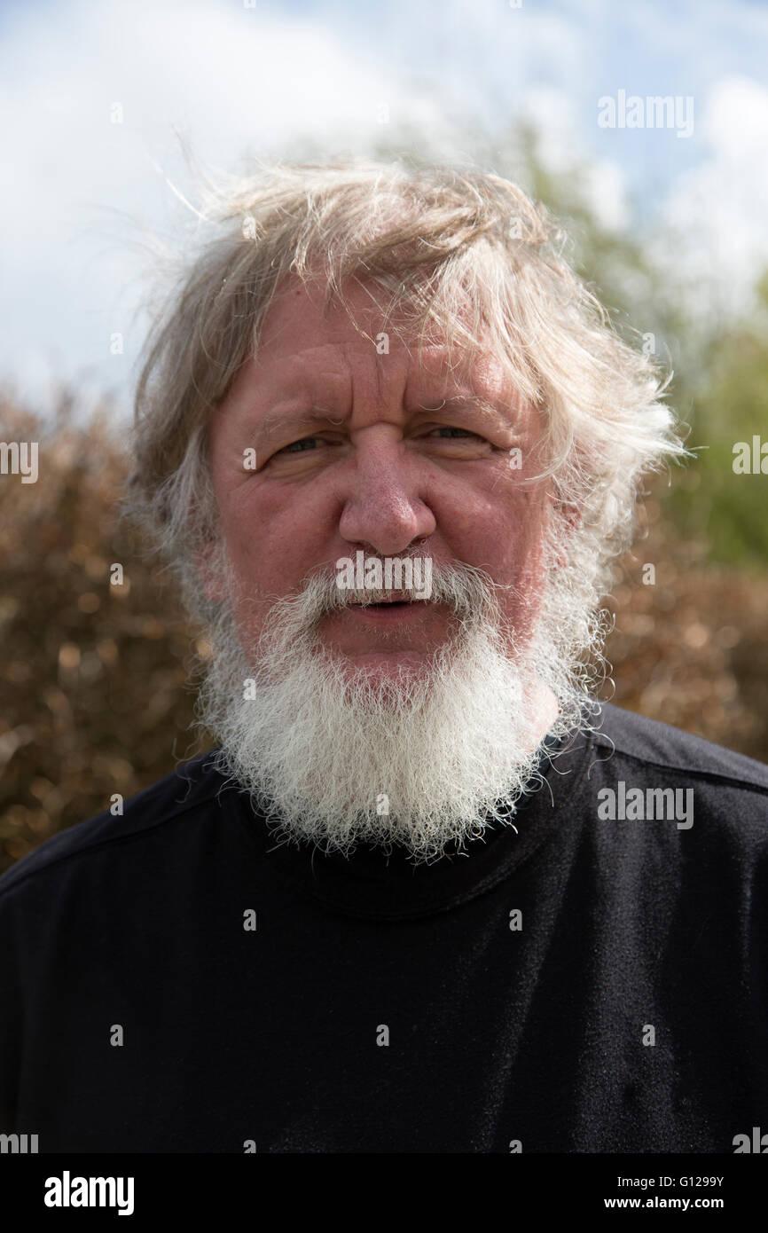 Uomo anziano con bianco / grigio Barba e lunghi capelli bianchi