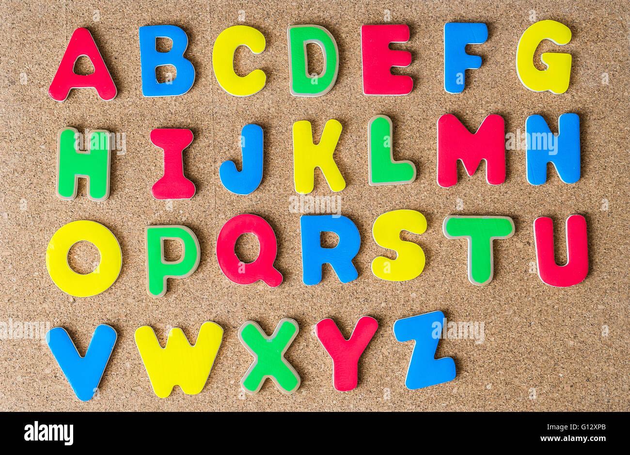 Lettere Di Legno Colorate : In legno colorato lettera capitale alfabeto sulla bacheca di sughero
