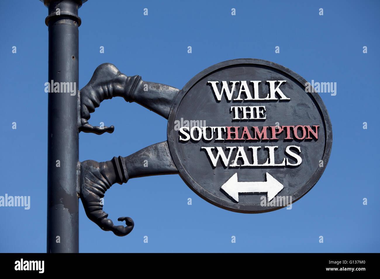 A piedi le pareti di Southampton sign in Southampton, Hampshire, Regno Unito Immagini Stock