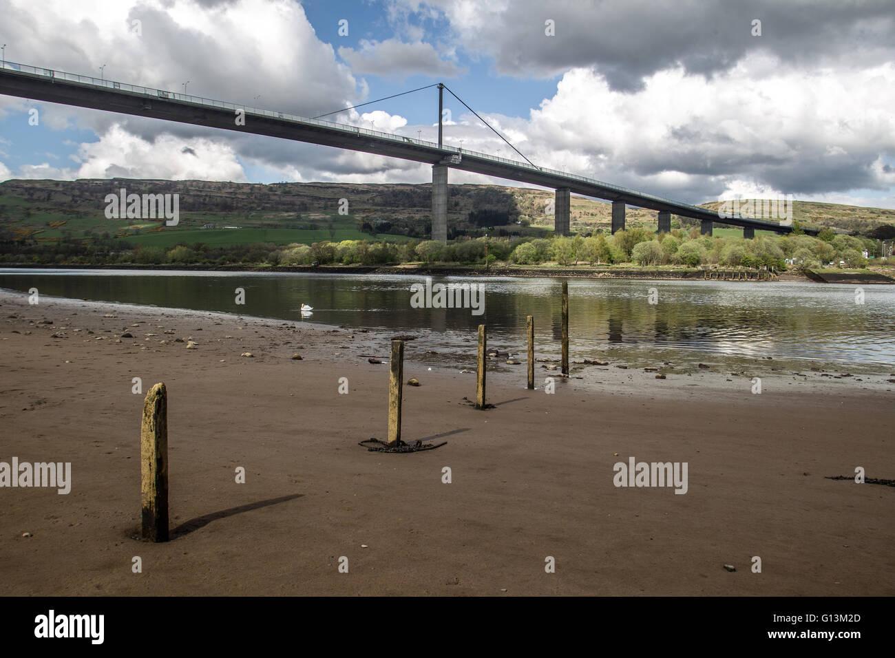 Erskine Bridge visto dalla sponda meridionale del fiume Clyde Foto Stock