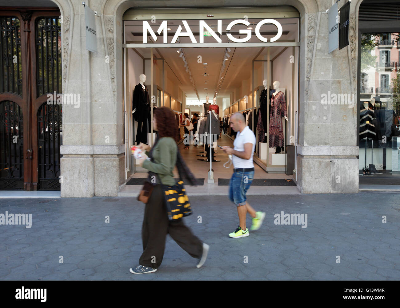 d8a0bf5f1a Mango Clothes Shop Immagini & Mango Clothes Shop Fotos Stock - Alamy