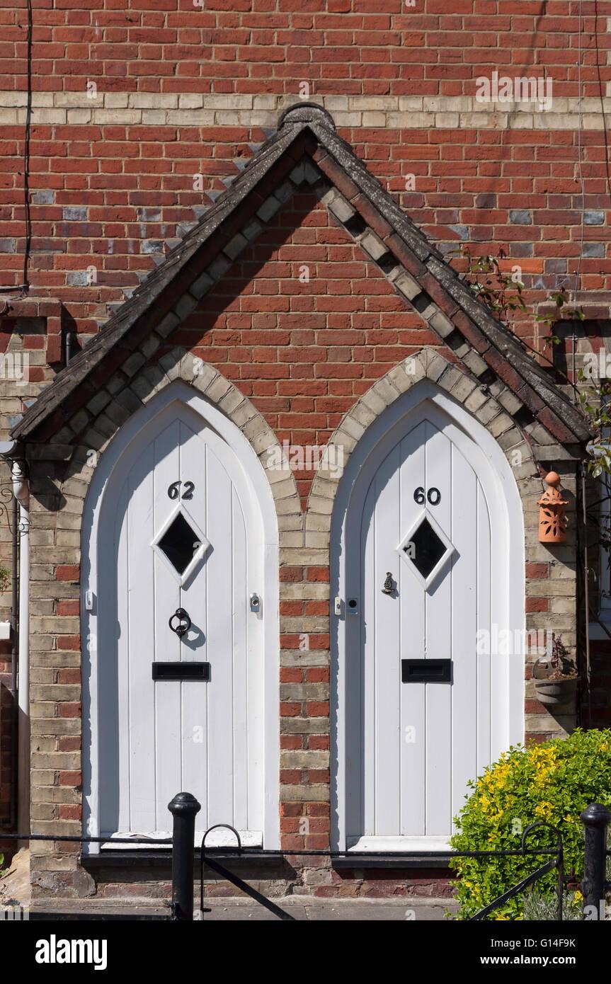 Sportelli anteriori di semi-detached periodo House, High Street, Chinnor, Oxfordshire, England, Regno Unito Immagini Stock