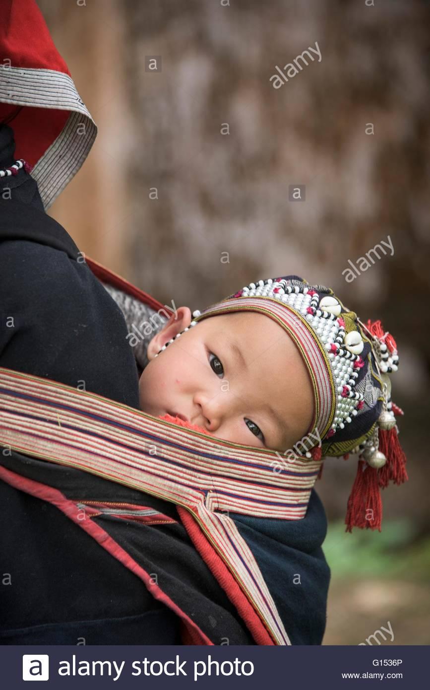 Il Vietnam, Sapa, Rosso Zao tribù, baby sulla madre del back Immagini Stock