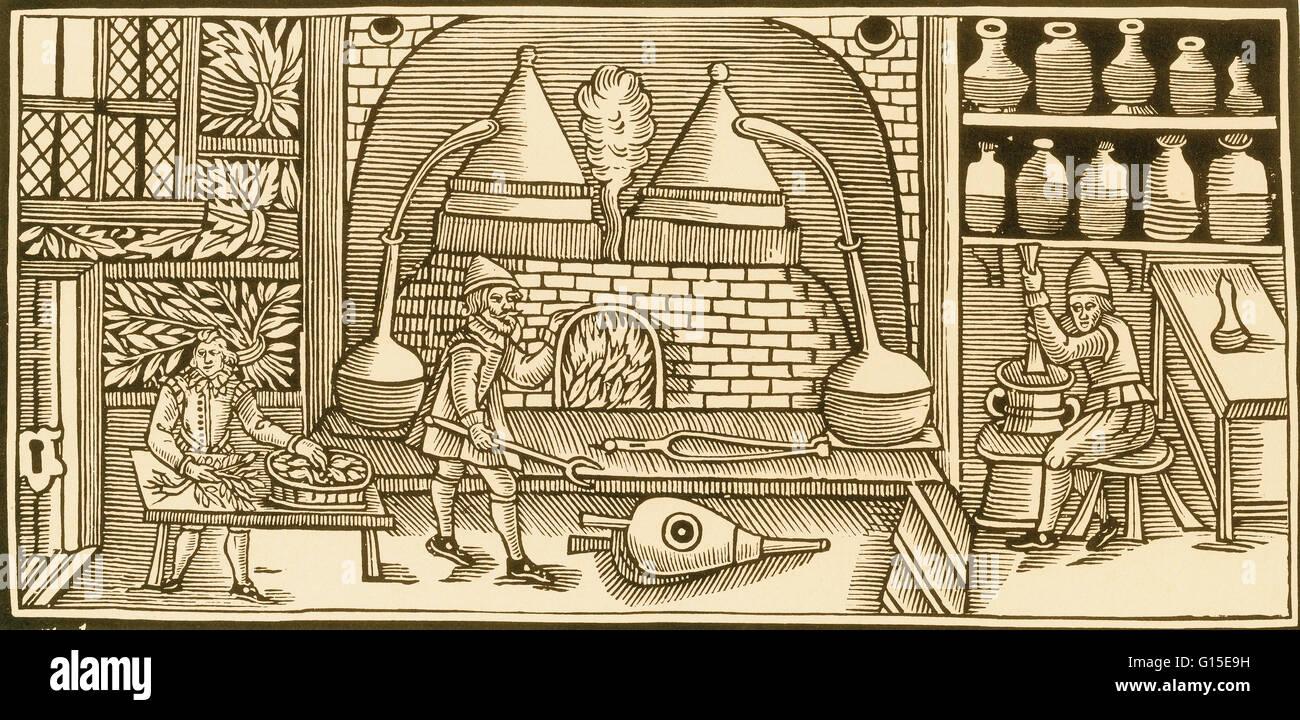 Olio essenziale distillazione da erbe fresche nel medioevo per produrre farmaci aromatici e profumi. Immagini Stock