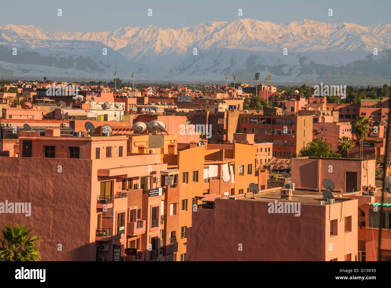 Marrakech panorama, con montagne Atlas in backgroud, Marrakech, Marocco, Africa Settentrionale, Africa Immagini Stock