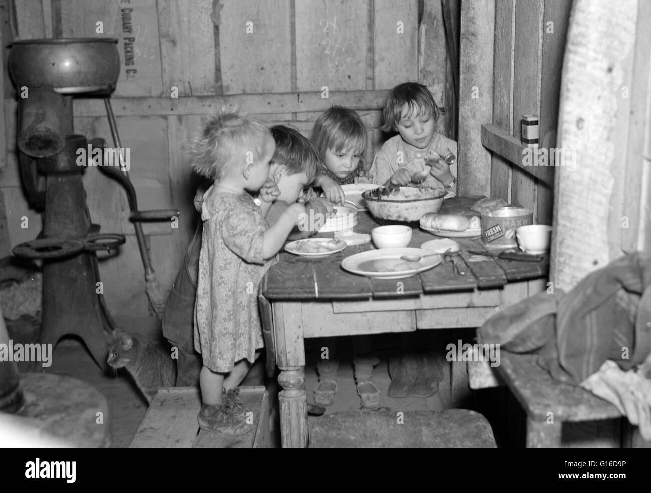 """Titolo: """"la cena di Natale in casa di Earl Pauley. Vicino a Smithfield, Iowa. La cena consisteva di patate Immagini Stock"""