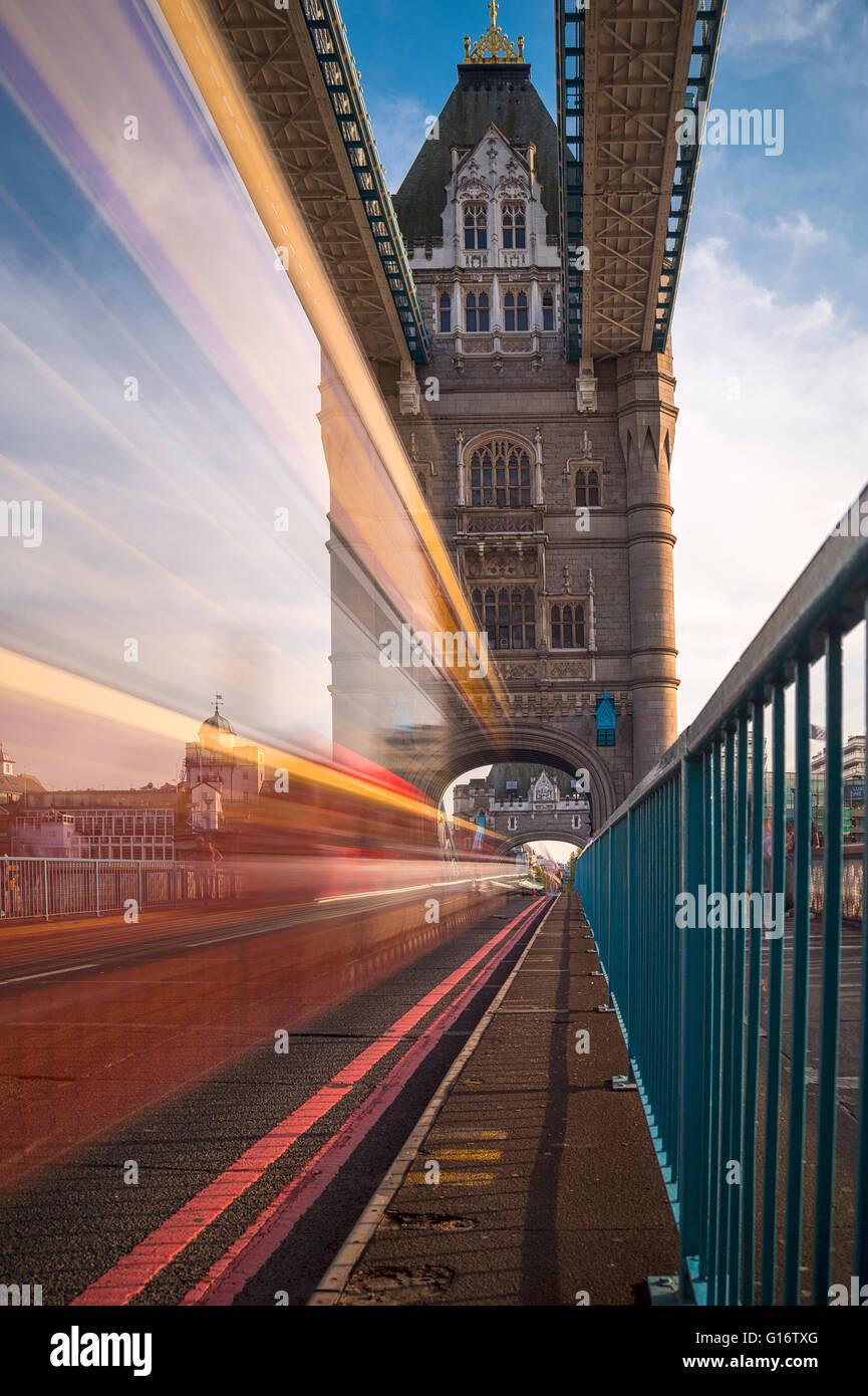 Il Tower Bridge di Londra, con traffico sfocata Immagini Stock