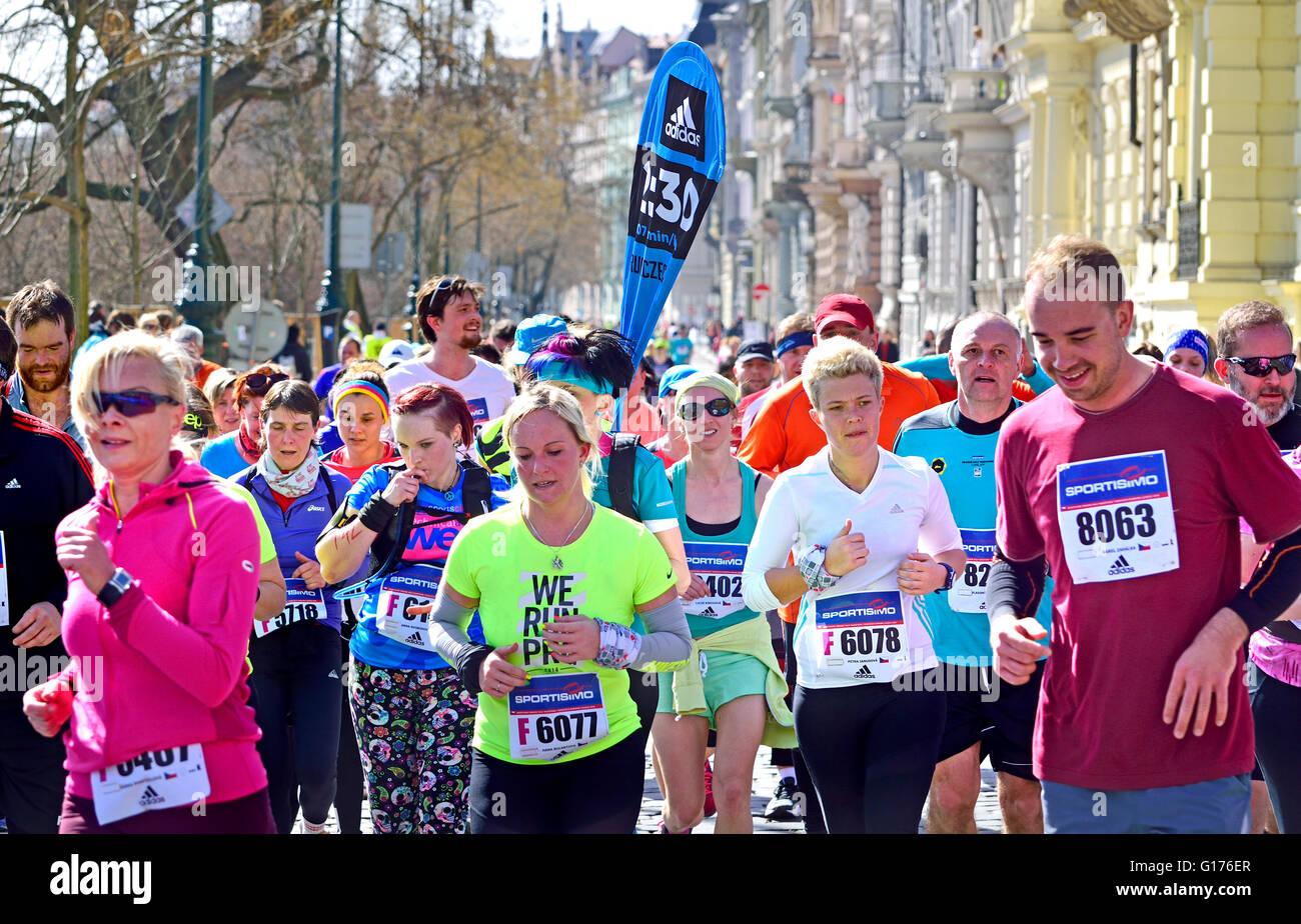 Praga, Repubblica Ceca. Sportisimo Praga mezza maratona, 2 aprile 2016. Pacemaker pattini di guida finalizzata a Immagini Stock