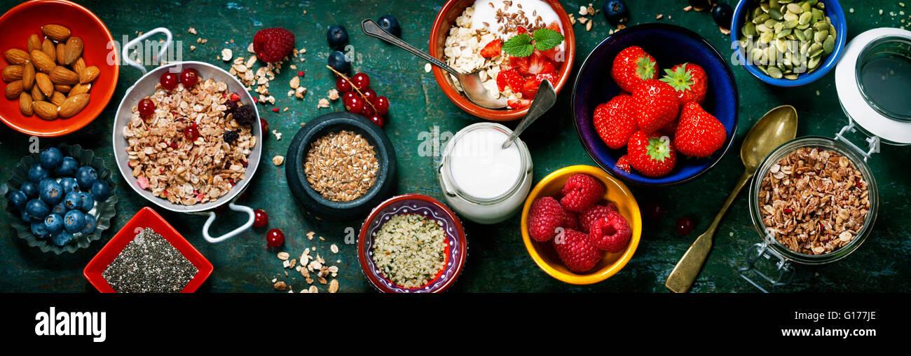 Sana colazione di muesli, frutti di bosco con yogurt e semi su sfondo scuro - cibo sano, Dieta disintossicante, Immagini Stock