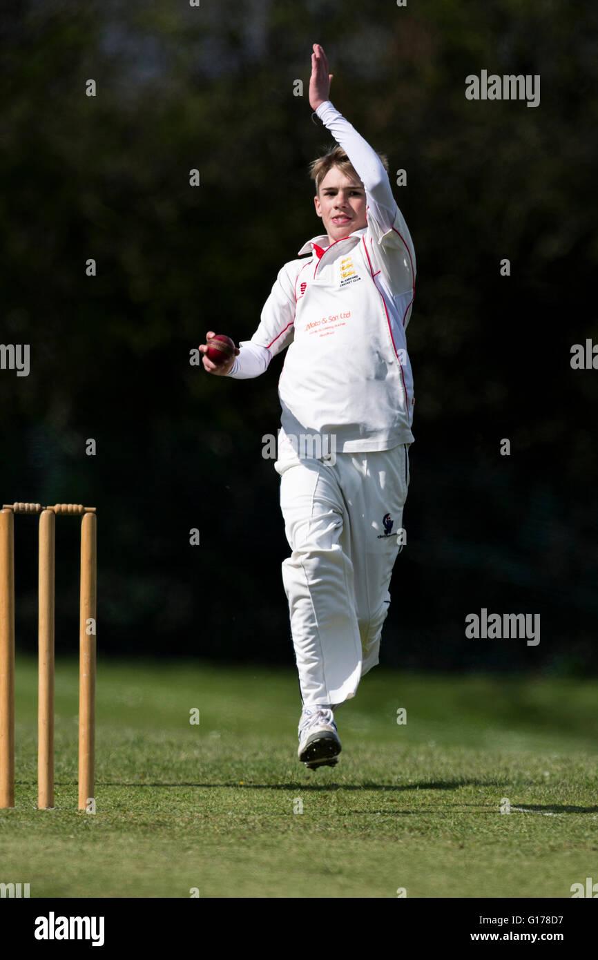 Marnhull CC 2a XI v Blandford 3° XI Blandford CC junior player bowling. Immagini Stock