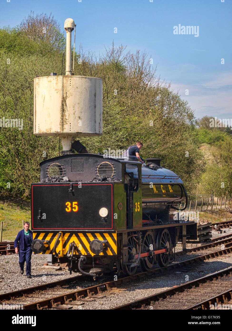 """0-6-0 """"austerità' Sella serbatoio del motore assume acqua a Bolton Abbey stazione. Yorkshire Dales Immagini Stock"""