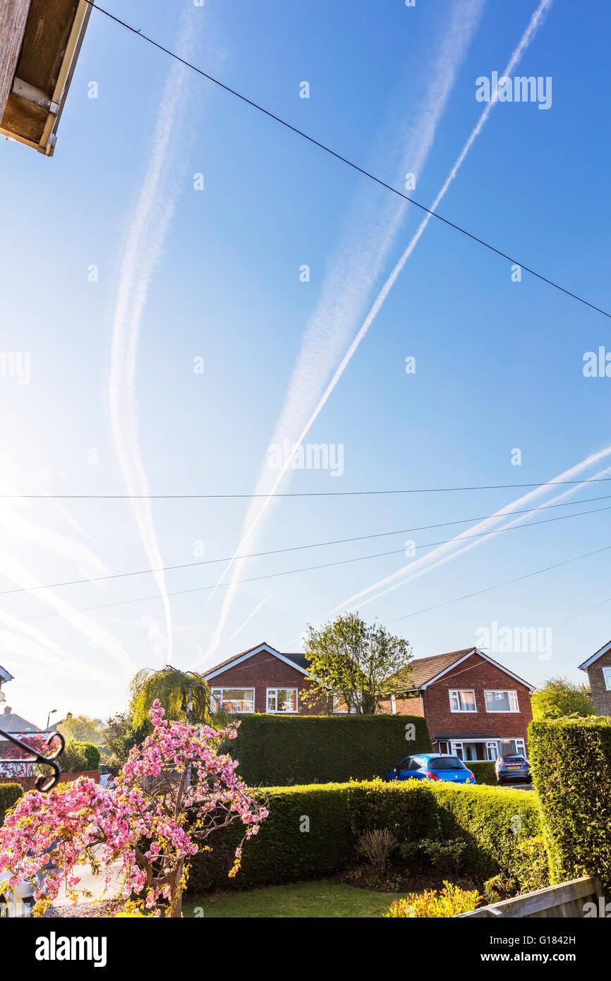 Sentiero dei vapori percorsi dal piano aerei aerei aerei sentiero a sinistra in cielo Lincolnshire UK Inghilterra Foto Stock