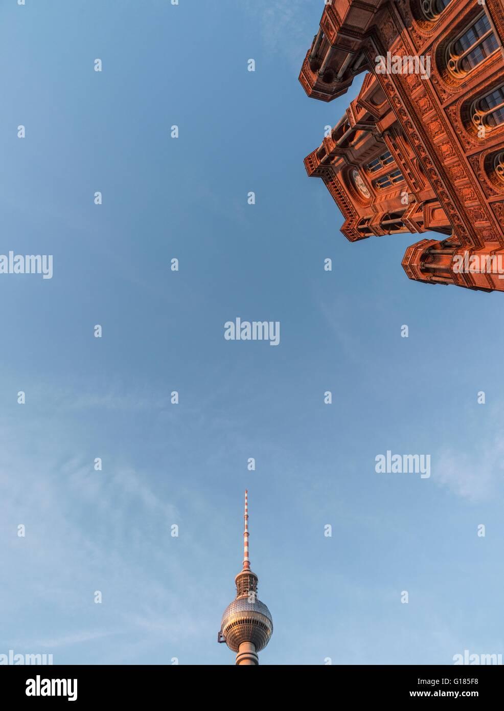 Basso angolo di visione della Red Town Hall (Rothes Rathaus) e Berlino torre della Radio (Berliner Funkturm), Germania Foto Stock