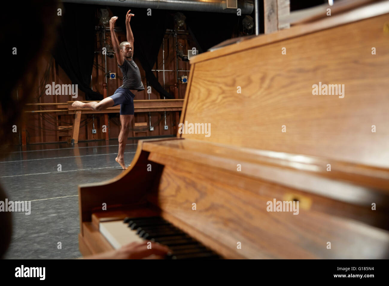 Ballerina in posizione, il pianoforte in primo piano Immagini Stock