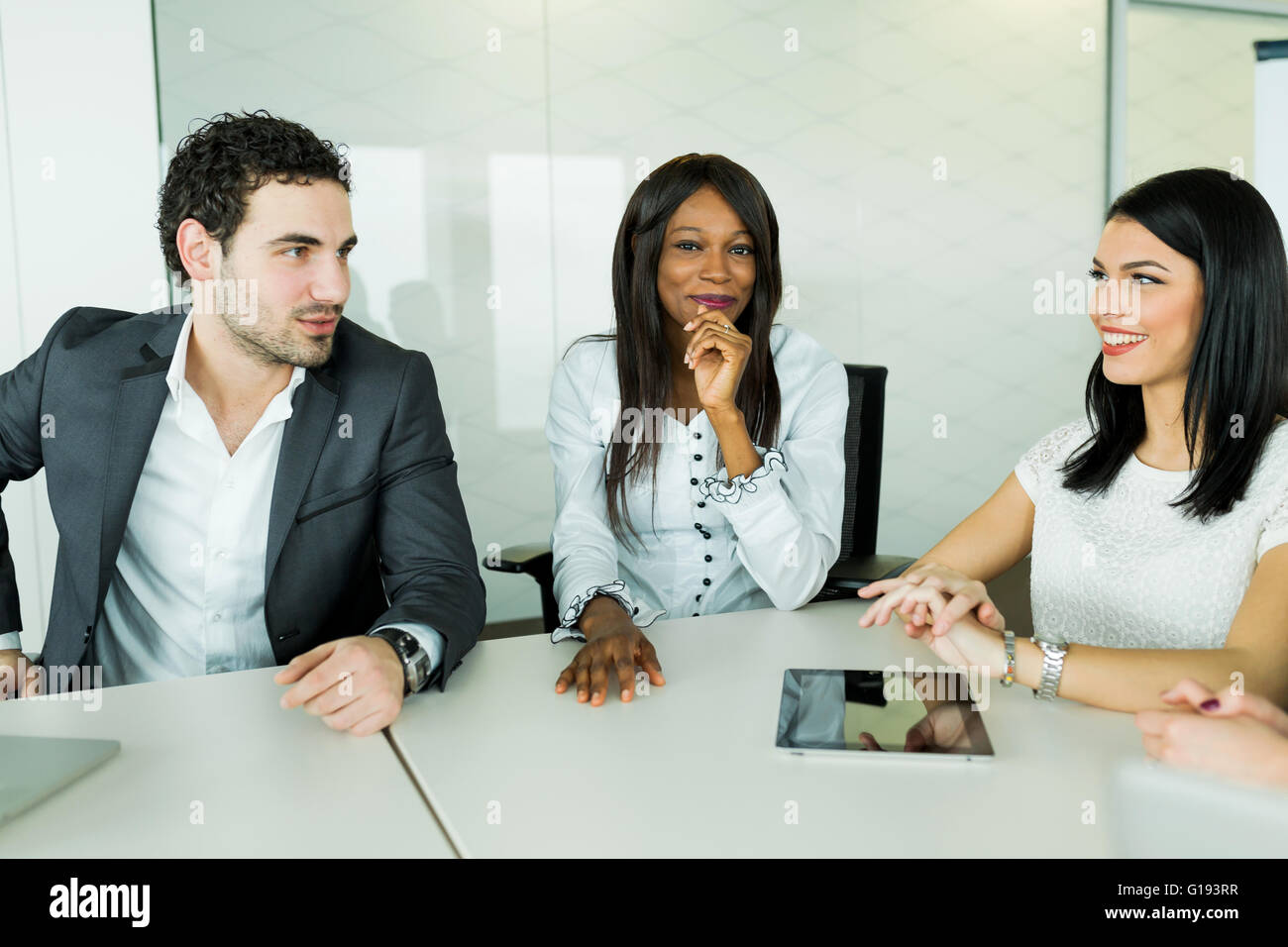 Parlare di Business seduti a un tavolo e discutere i risultati Immagini Stock