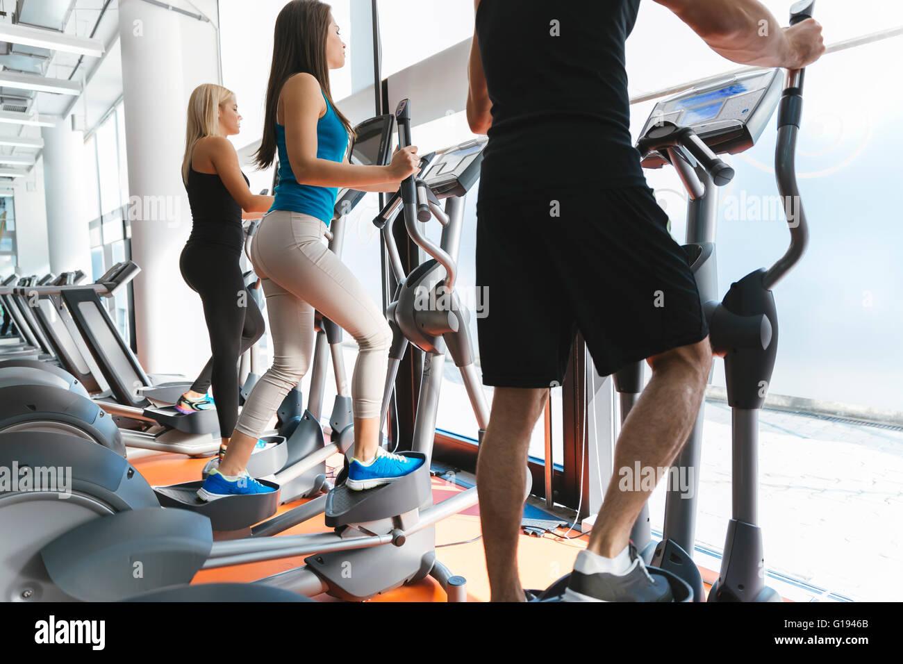 Persone che esercitano in palestra per mantenere il corpo in forma Immagini Stock