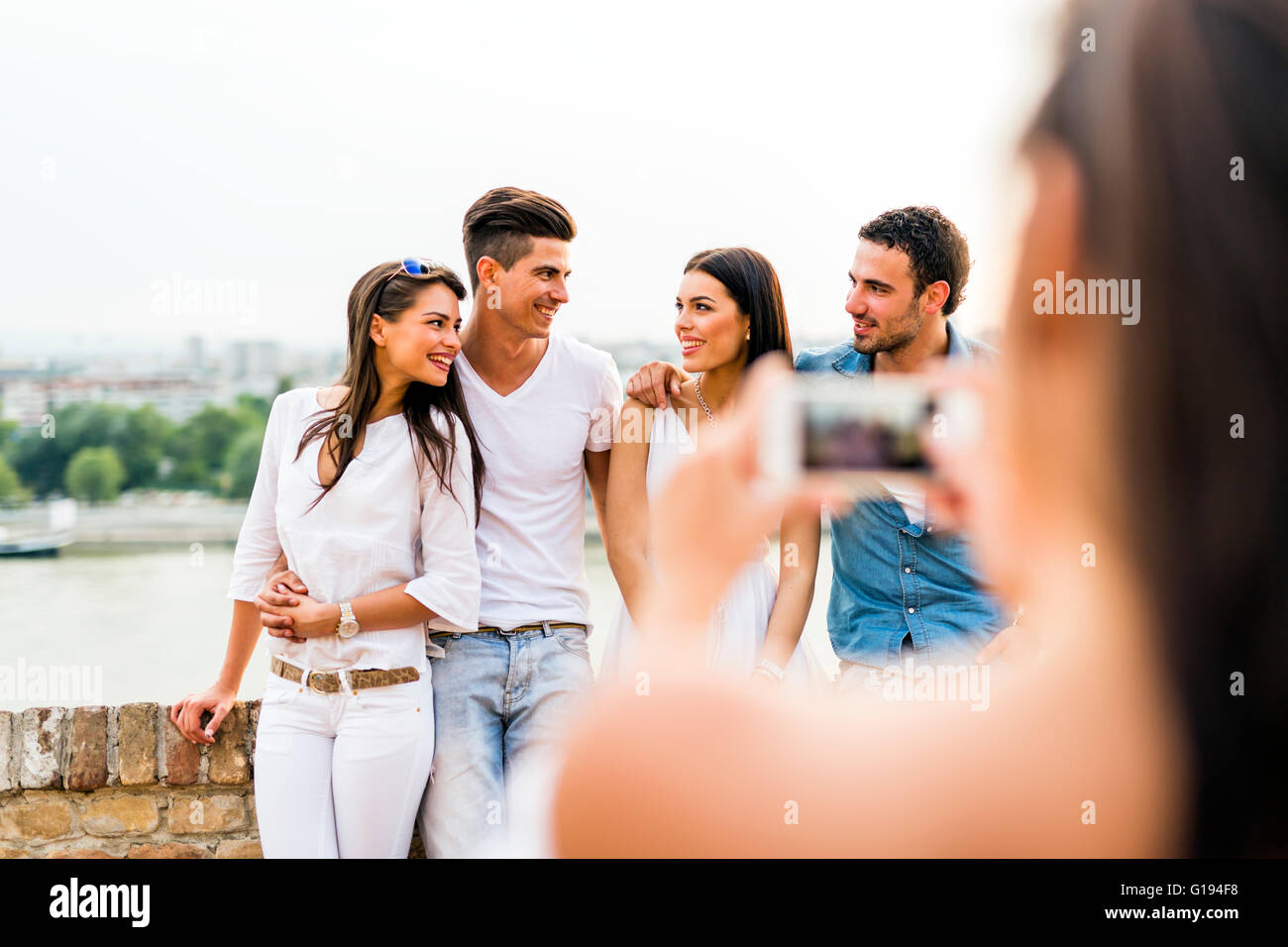 Giovane e bella coppie di scattare le foto con lo smartphone Immagini Stock