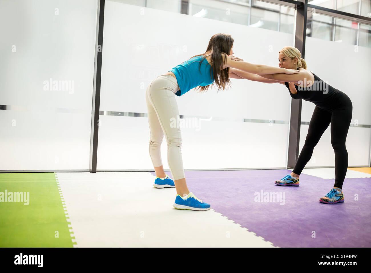 Belle Donne di stiramento e di esercitare nel fitness club Immagini Stock