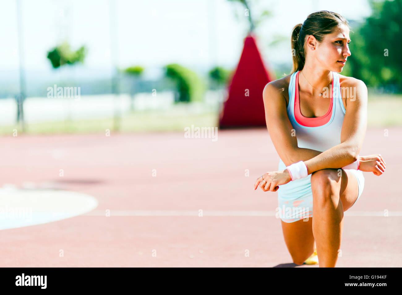 Ritratto di una giovane bella donna adatta all'aperto stretching Immagini Stock