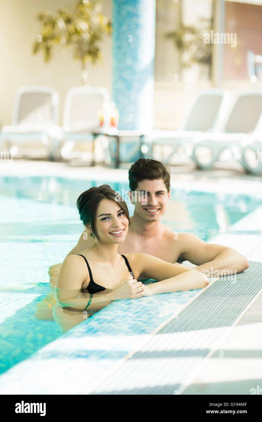 Matura in amore rilassante a lato della piscina Immagini Stock