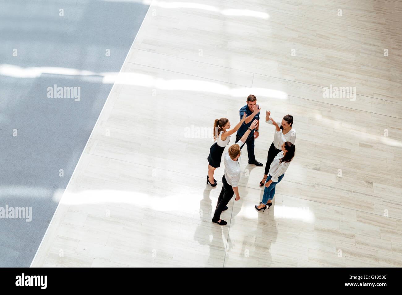 La gente di affari, felicità, il lavoro di squadra e la collaborazione Immagini Stock