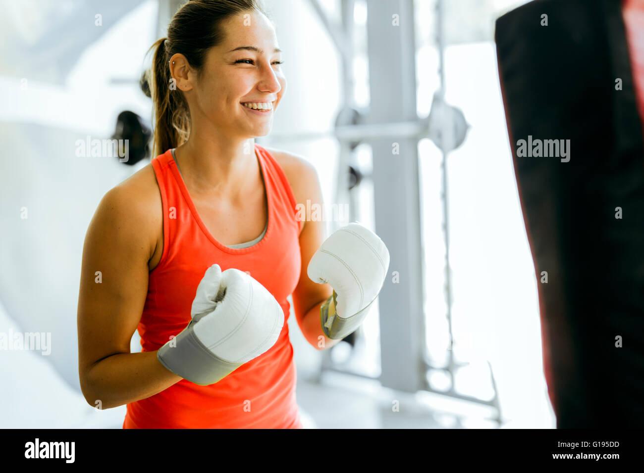 Giovane donna boxing e della formazione in una palestra Immagini Stock