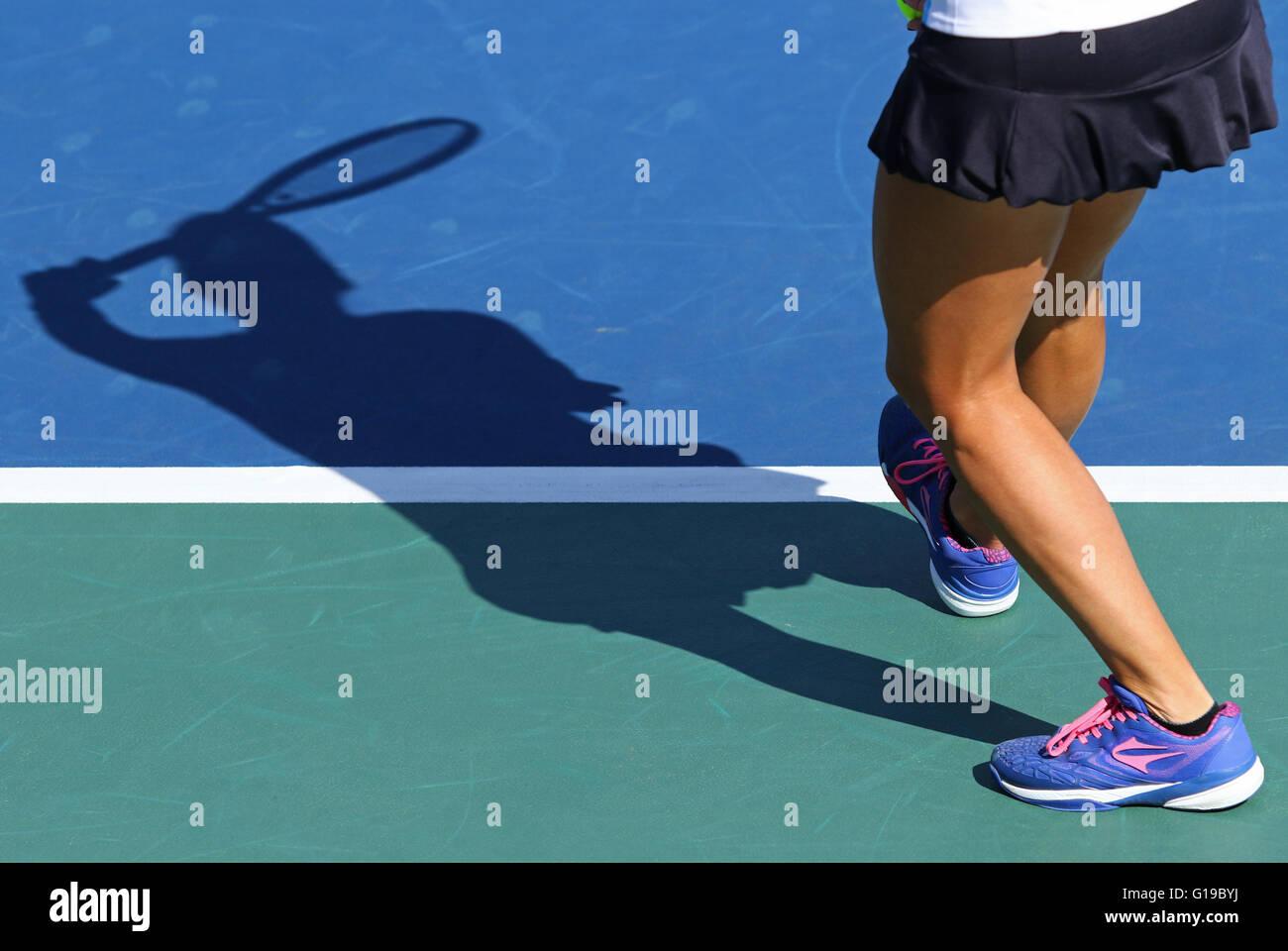 Ombra di donna giocatore di tennis, che serve la sfera Immagini Stock