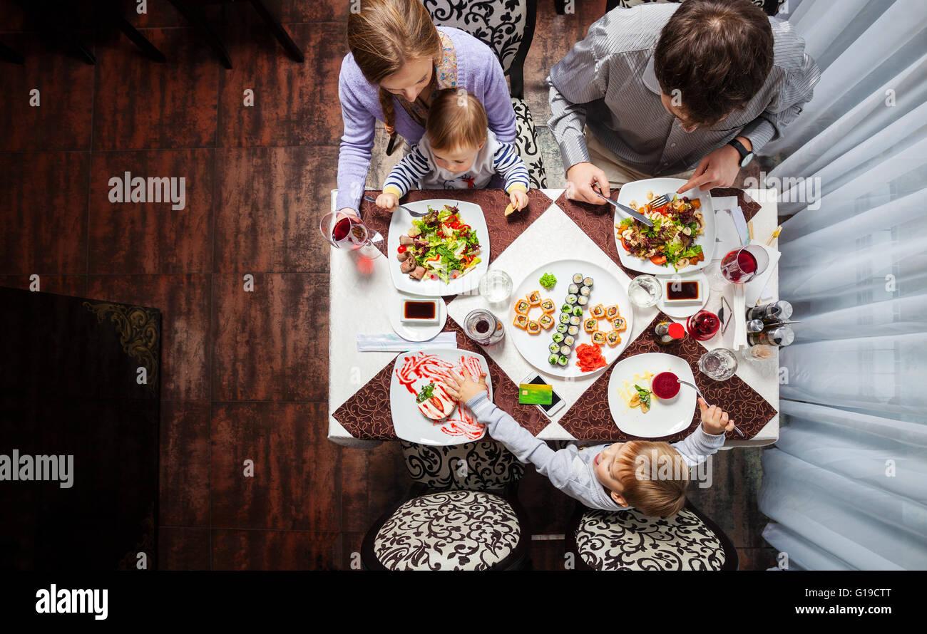 Famiglia di quattro avendo pranzo presso un ristorante Immagini Stock