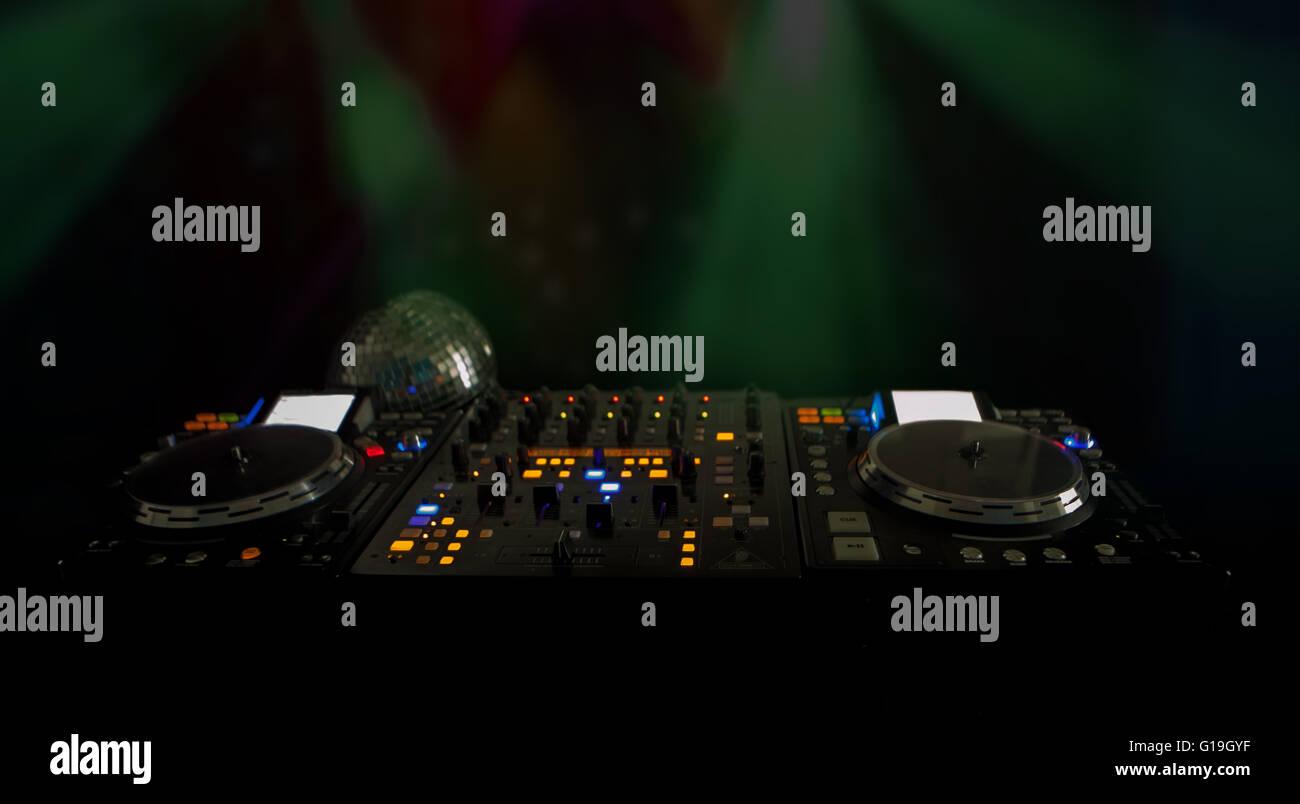 Primo piano di luci illuminate sulla musica di DJ deck e giradischi di notte con copyspace Foto Stock