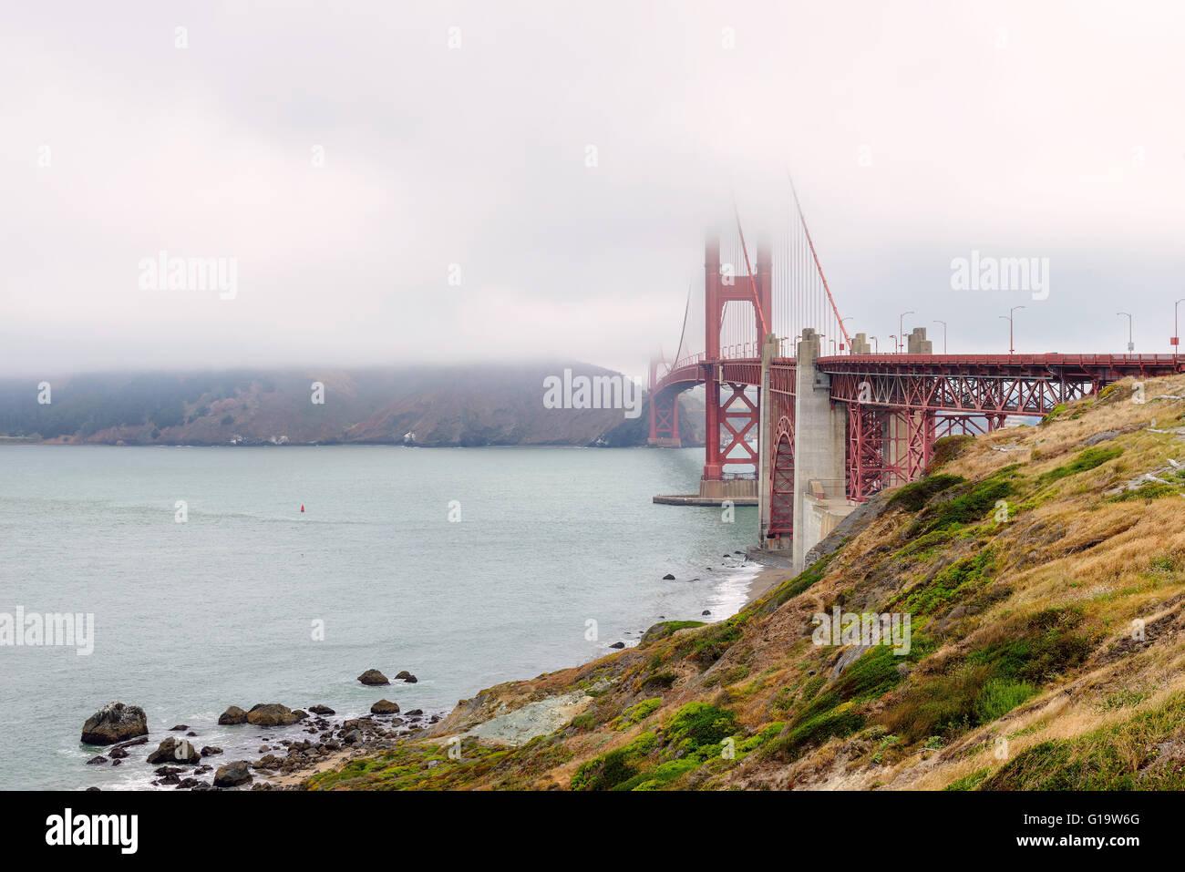 Famoso Golden Gate Bridge di San Francisco in parte coperta di nebbia Immagini Stock