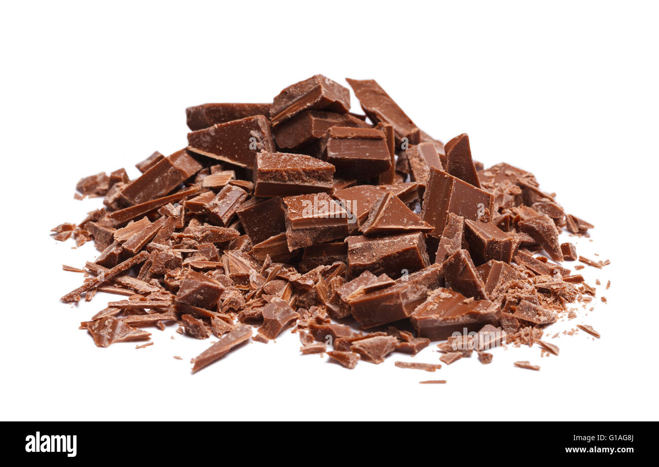 Pila di rotte e scaglie di pezzetti di cioccolato isolato su sfondo bianco. Immagini Stock
