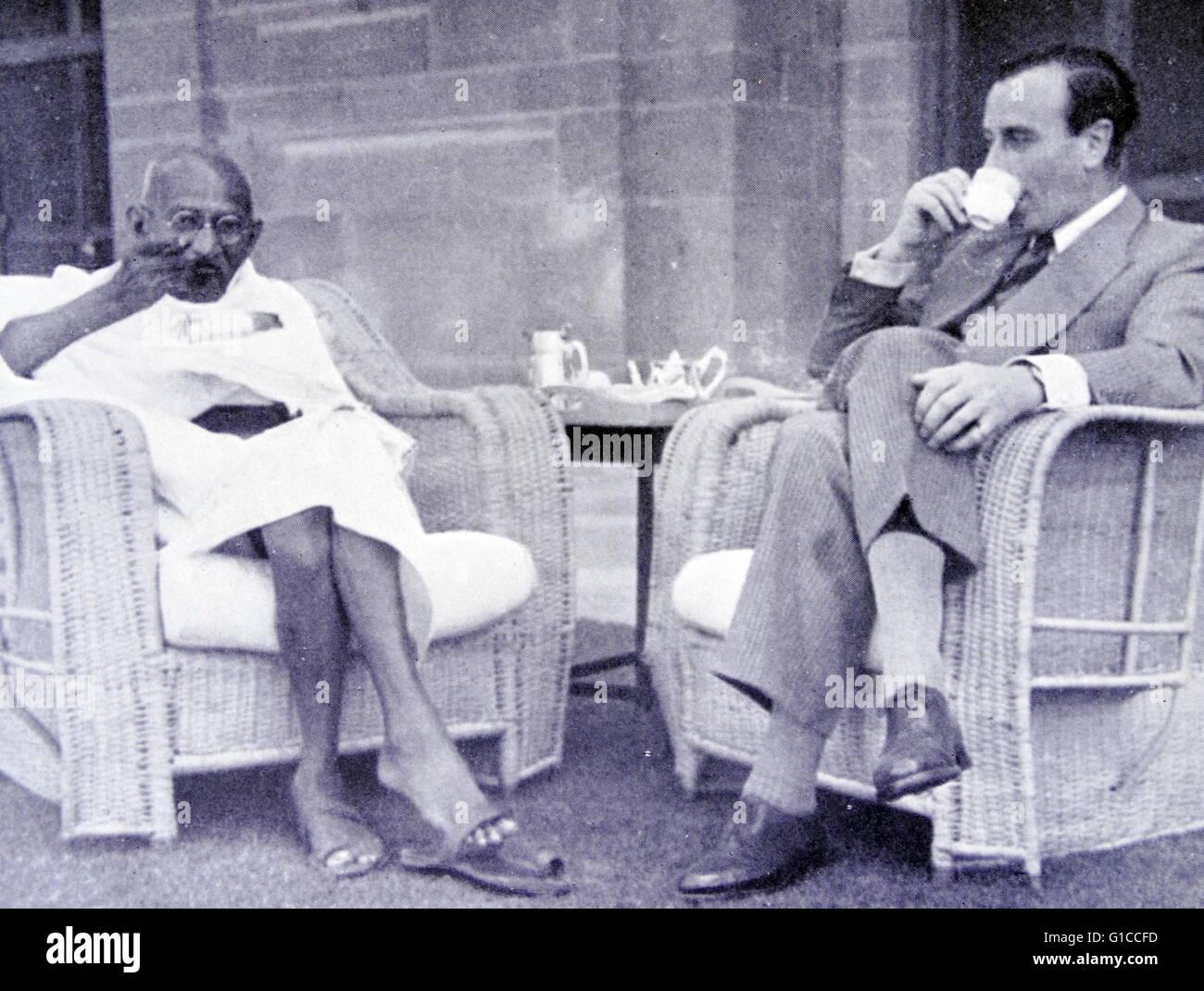 La colazione incontro tra il Mahatma Gandhi e vicerè di India, Lord Mountbatten 1947 Immagini Stock